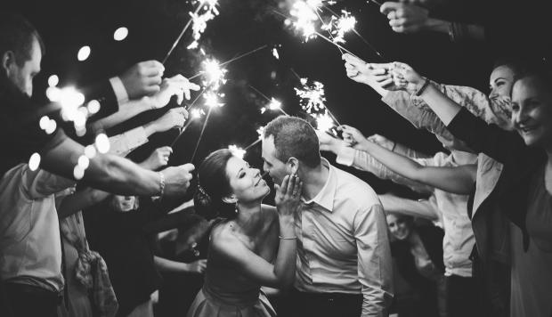Младоженци и бенгалски огън