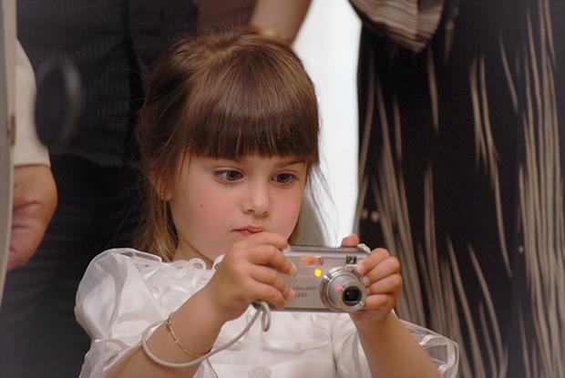 Снимка от първата ми сватба през 2008.  Ето така държах и аз фотоапарата :-)