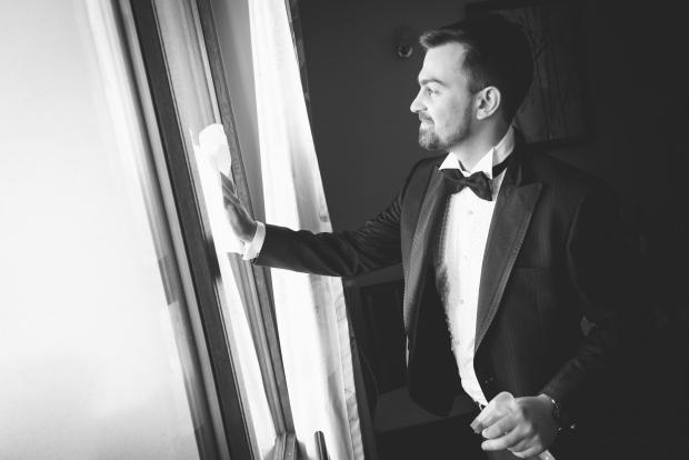 Младоженец чисти прозорец