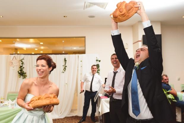 Разчупване на сватбената погача