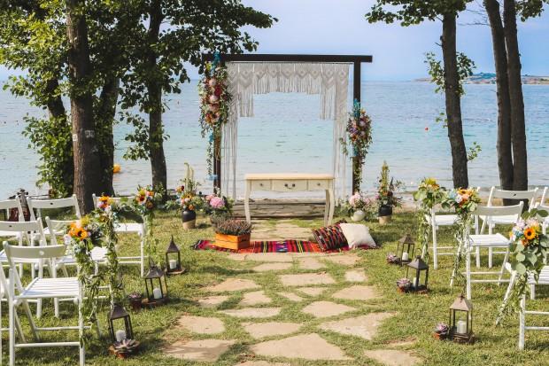 Изнесена церемония на брега на морето